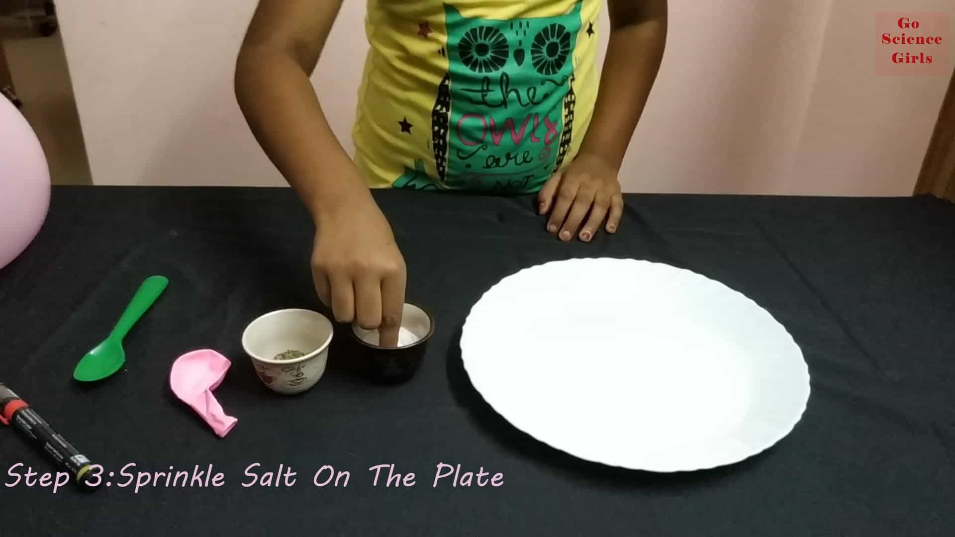 Sprinkle salt on the plate for balloon pepper salt experiment